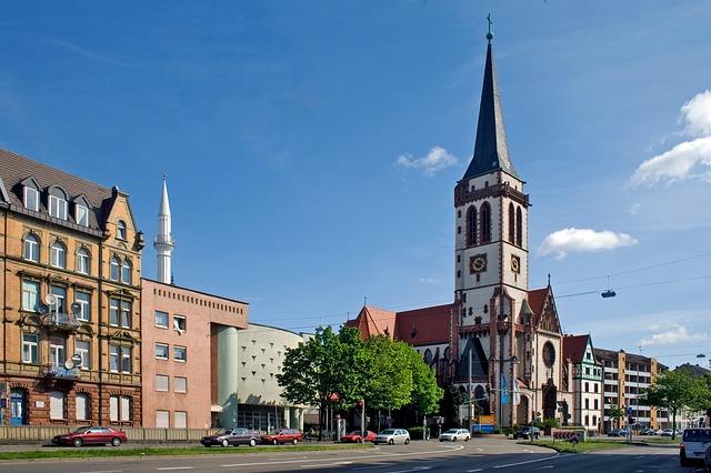 In Mannheim stehen Moschee und Kirche nachbarschaftlich nebeneinander.