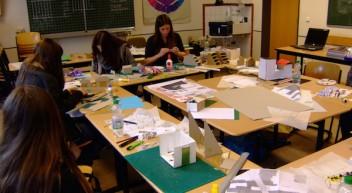 Pappe wird in Schülerhänden zu Architektur mit Persönlichkeit
