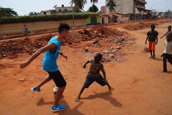StreetfootballWorker in Togo-buntkicktgut
