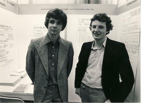 Jürgen Hescheler (rechts) mit seinem Teamkollegen Ulrich Mansmann beim Bundeswettbewerb 1978 (Quelle: Stiftung Jugend forscht e. V.)