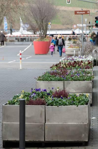 Pflanzkübel an der Bahnschranke – hier in Winterflora - sollen im Frühjahr mit Nutzpflanzen bestückt werden.