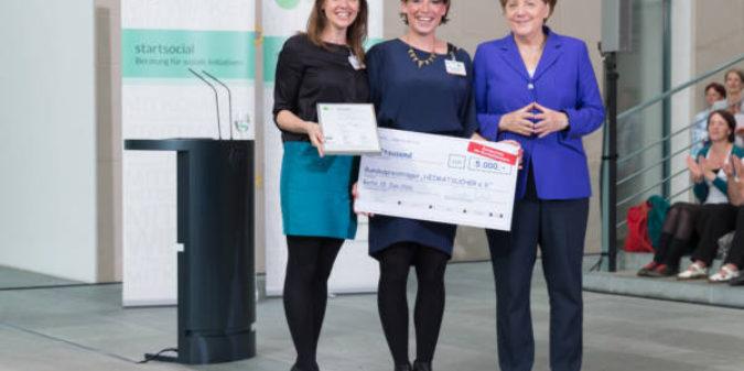 Bundeskanzlerin überreicht der HS Niederrhein startsocial-Preis