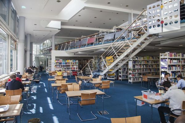 Studierende beim Lernen in der Zentralbibliothek Lothstraße 13d (Foto: Nicolai Schneider