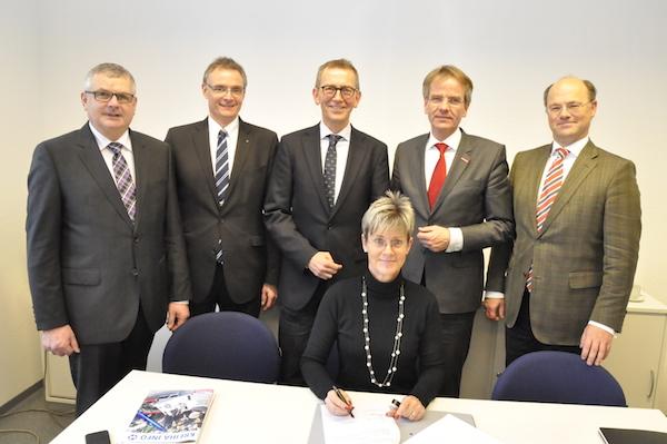 Von links: Rolf Meurer, Prof. Dr. Siegfried Kirsch, Frank Mund, Andreas Ehlert, Prof. Dr. Hans-Hennig von Grünberg. Sitzend: Birgit Battenstein.