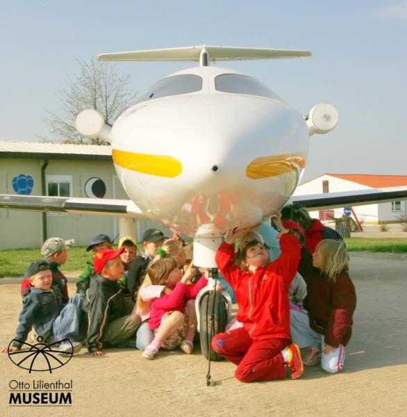 """Zum jüngsten und zugleich größten Ausstellungsstück im Otto-Liliental-Museum Anklam gehört der Prototyp einer TT62 Alekto. Sie sollte in einer Firma auf dem Flughafen Heringsdorf (Ostvorpommern) gebaut werden. Da das Projekt nicht weiter geführt wurde steht das Flugzeug nun  auf dem Gelände des Aeronauticon auf dem Flugplatz Anklam. Zu den etwa 1000 Neugierigen, die die Maschine bereits sahen gehört auch diese Gruppe der Kita """"Friedrich Fröbel"""" aus Ducherow. Foto: Udo Zander"""