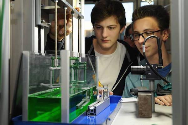 Vorbereitung des Experiments zum mechanischen Verhalten von Oberflächen aus Seifenfilm durch Schüler des Ökumenischen Gymnasiums und des Gymnasiums Vegesack. Quelle: ZARM