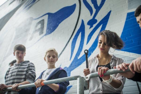 Fanprojekt Arminia Bielefeld: Schueler der Hauptschule Heepen im Stadion von DSC Arminia Bielefeld. Bielefeld. Berufsorientierung mit Praktikum: Beruf Geruestbauer.