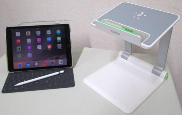 Schritt 4 Medienkonzept: Lehrer-Tablet mit Tastatur und Stift auf Tablet-Halter als Dokumentenkamera