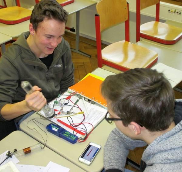 Schritt 2 Medienkonzept: Schüler messen mit ihrem eigenen Smartphone im MINT-Unterricht.