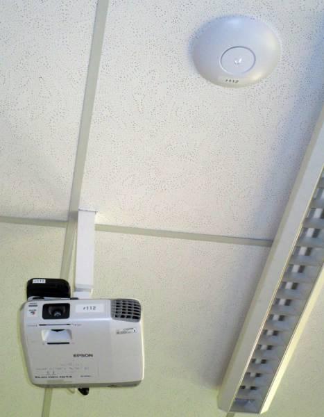 Schritt 3 Medienkonzept: Standardausrüstung aller Klassenzimmer: WLAN-Access-Point und Apple-TV auf dem Beamer.
