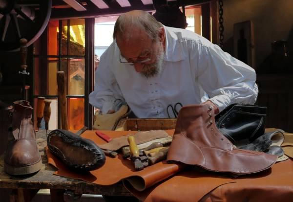Schuhfertiger, was machen die eigentlich? Ausbildung Berufsbilder Handwerk in der Werkstatt