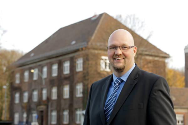 """Ulrich Ivens ist der neue Leiter der Zentralen Berufsausbildung (P-Z). Porträt im Mitarbeitermagazin """"intern"""" 1-2013."""