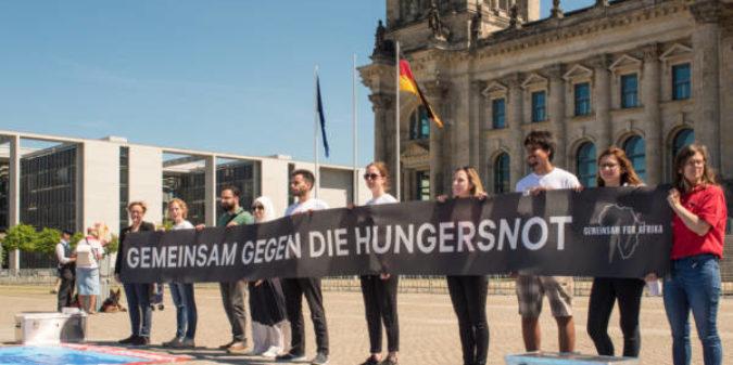 GEMEINSAM FÜR AFRIKA demonstriert für die Hungernden