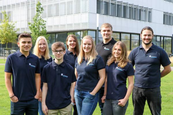 Acht von neun Auszubildenden, die an der Hochschule Niederrhein ihre Berufsausbildung starteten