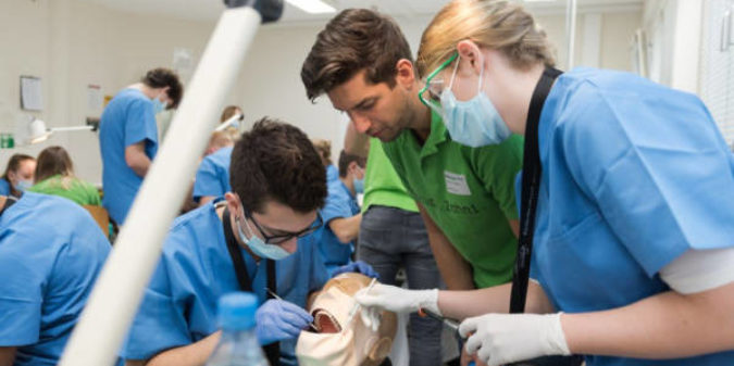 Das 10. Schnupperstudium Zahnmedizin bietet Platz am Phantomkopf