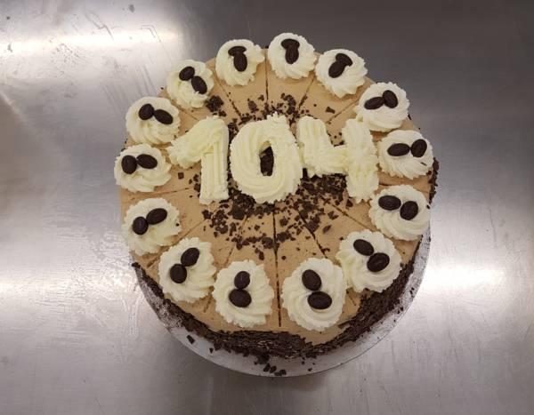 Mit dieser Mocca-Sahne-Torte konnten wir einer unserer Bewohnerinnen eine Freude zu ihrem Geburtstag machen.