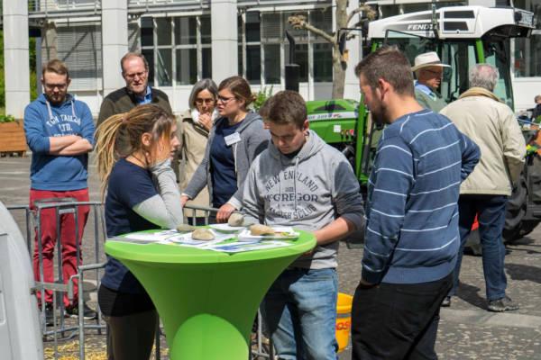 Studierende der Agrarwirtschaft an der TH Bingen beraten zum Studium. Quelle: TH Bingen