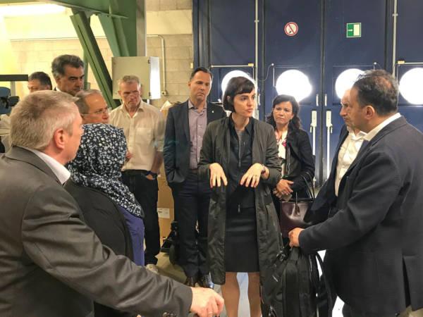 Bild: Prof. Dr. Maike Rabe führt die Gäste durch das Webtechnikum am Campus Mönchengladbach
