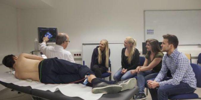 Hochschule Niederrhein: 20 Jahre Studiengänge im Zukunftsmarkt Gesundheit in Krefeld