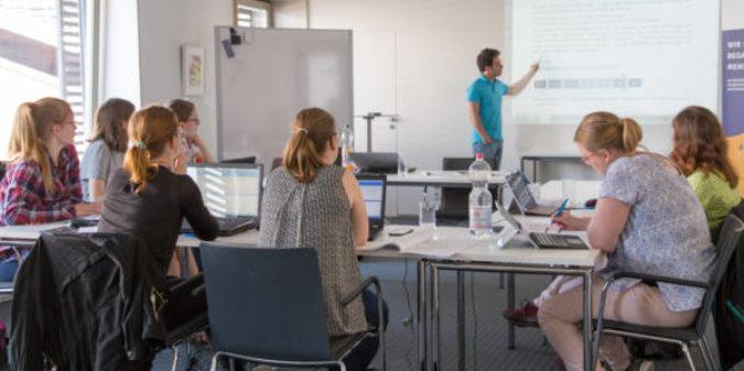 Neue Bewerbungsrunde für das Stipendienprogramm B-MINT: Stipendien für Studentinnen der MINT-Fächer