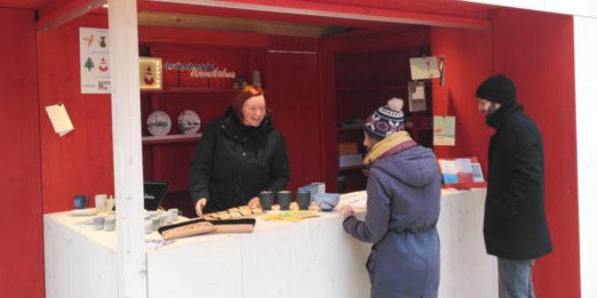 Studierende der Hochschule Niederrhein präsentieren Designkreationen auf dem Krefelder Weihnachtsmarkt