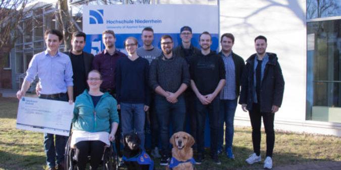 Chemie-Studierende der Hochschule Niederrhein sammelten Geld für im Rollstuhl sitzende Kommilitonin