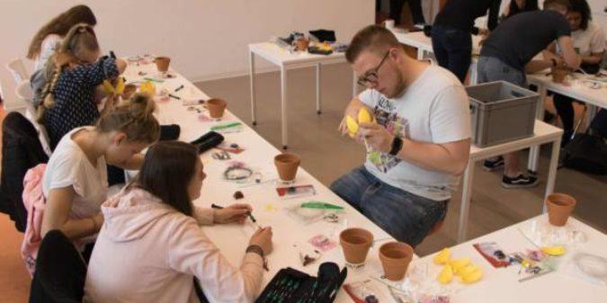 Schülerinnen basteln smarte Nachttischlampen im MakerSpace der Hochschule Niederrhein
